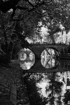 De Weesbrug over de Oudegracht in Utrecht in de herfst (monochroom) van De Utrechtse Grachten