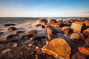 Stenen aan de kust van de Oostzee bij Heiligendamm van Rico Ködder
