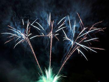 Feestelijk groen/blauw/oranje vuurwerk (lange sluitertijd) van Monrey