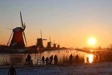 Mit Sonnenaufgang auf dem Schlittschuh am Kinderdijk von Leander Janssen