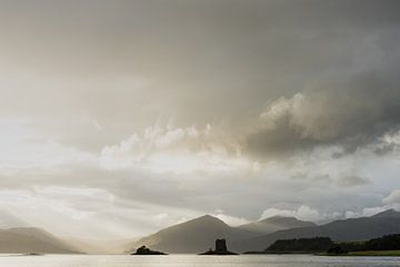 Sunrays on Castle Stalker van Robert Paul Jansen