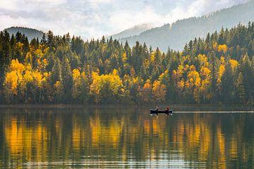 Bomen in herfstkleuren met roeiboot op spiegelend meer in Canada van Jille Zuidema