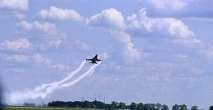 F16,  tiefer Vorbeiflug  van