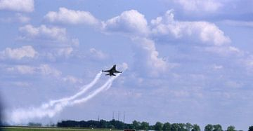 F16,  tiefer Vorbeiflug  van Joachim Serger