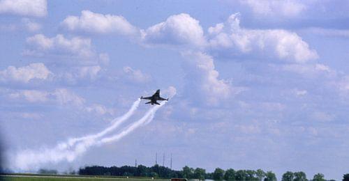F16,  tiefer Vorbeiflug  von Joachim Serger