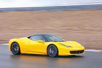 Ferrari 458 Italia sportwagen die snel rijdt van Sjoerd van der Wal