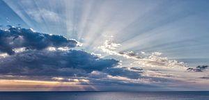 Stralenkrans zonsondergang achter de wolken, South-Cyprus, Cyprus