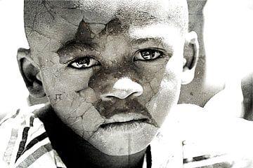 Mixed art portret van Afrikaans kind in zwart wit von Heleen van de Ven