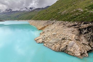 Laag water in het Moiry reservoir in de Zwitserse alpen van