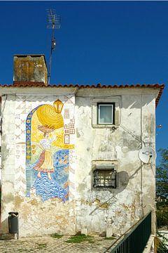 Een oud huis met muurschildering van Berthold Werner
