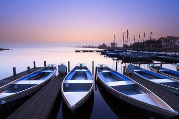 Blauwe zonsopkomst - Leekstermeer, Nederland von Niels Heinis