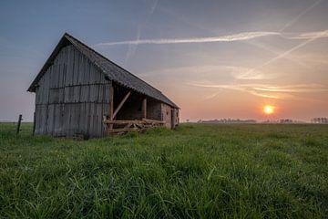 Schuur in weiland met zonsopkomst 02 van Moetwil en van Dijk - Fotografie