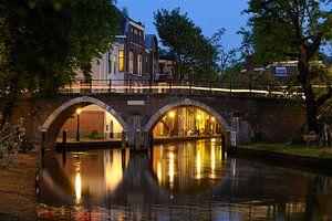 Zicht op de Vollersbrug over de Oudegracht in Utrecht
