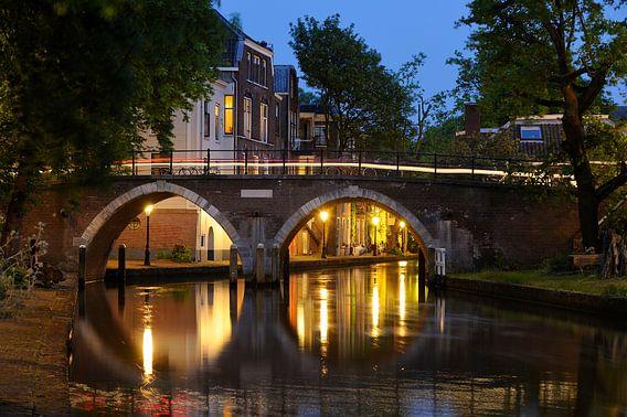 Zicht op de Vollersbrug over de Oudegracht in Utrecht van Donker Utrecht