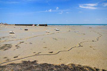Laag water op het strand van Cancale in de zomer von Dennis van de Water