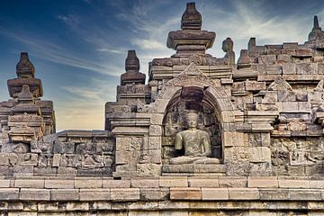 Buddha tussen Reliëfs Borobudur van Eduard Lamping