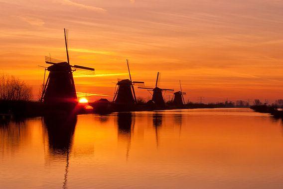 Windmolens te Kinderdijk bij zonsopkomst van Hille Bouma