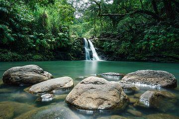 Wasserfall Hawaii mit Felsen von road to aloha