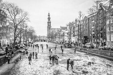 Schaatsen op het ijs van de bevroren Prinsengracht Amsterdam van