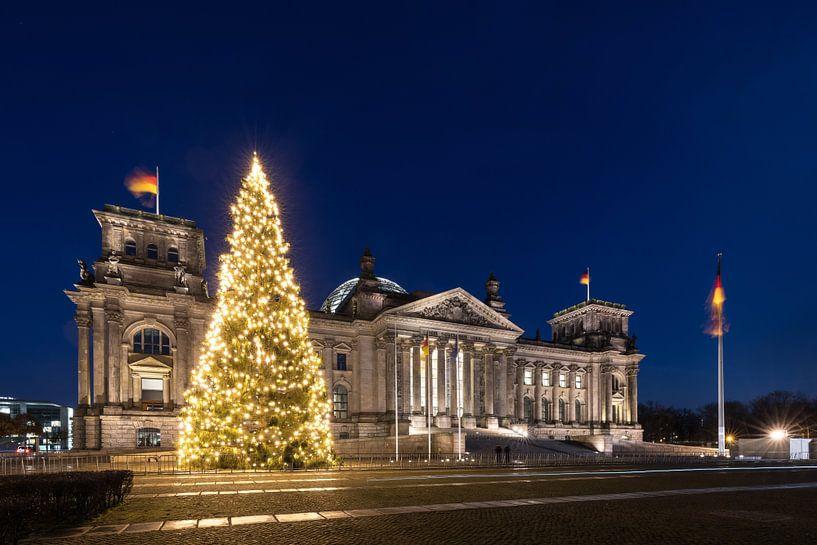 Le Reichstag construit à Berlin avec un arbre de Noël sur Frank Herrmann