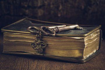 Stilleven van oude bijbel en sleutels van Clazien Boot