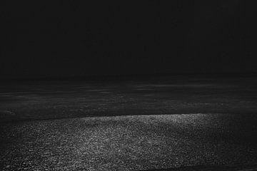 Minimalistische Meereslandschaft mit Reflexionen des Sonnenlichts in Island von Holly Klein Oonk