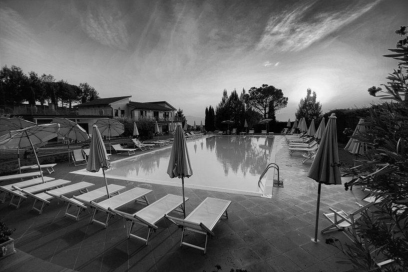 Zwembad in zwart wit in prachtig licht van Paul Franke