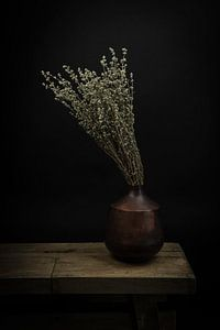 Modern stilleven droogbloemen in een vaas van Marjolein van Middelkoop