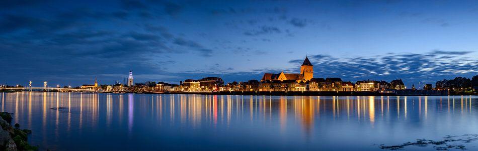 Avond panorama van Kampen aan de rivier de IJssel