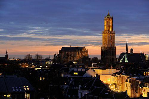 Zicht op de binnenstad van Utrecht met Plompetorengracht en Domtoren van