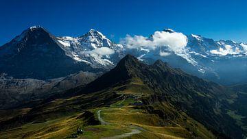 Kijkend van Männlichen top in Zwitserland. von Gideon Onwezen