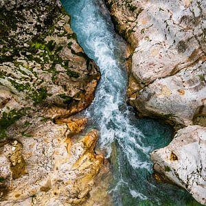 De rotsen die worden uitgesleten door de rivier
