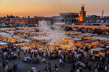Étals de nourriture et fumée sur la Jemaa el Fna dans la médina de Marrakech Maroc sur Dieter Walther