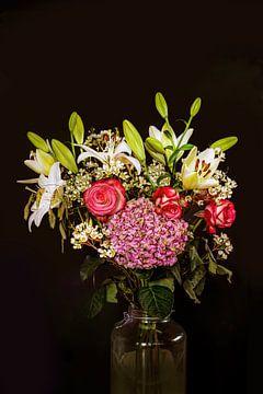 Ein Blumenstrauss auf schwarzem Hintergrund von Marlieke