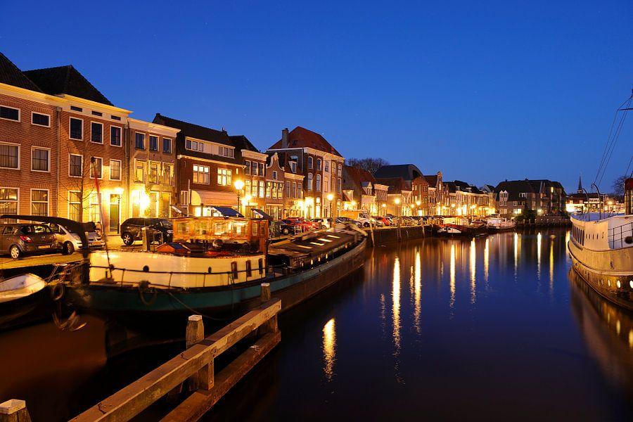 Thorbeckegracht in Zwolle in de avond gezien vanaf het Pelserbrugje van Merijn van der Vliet