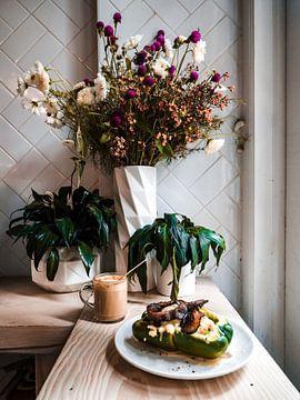 Cafe mit Pflanzen, Blumen, Kaffee und gefülltem Paprika in New York von Michiel Dros
