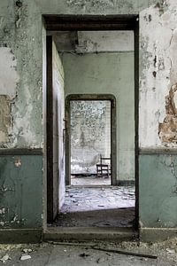 Urbex deuren in een verlaten villa