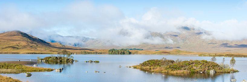 meren bij Glencoe in Schotland van Rob IJsselstein