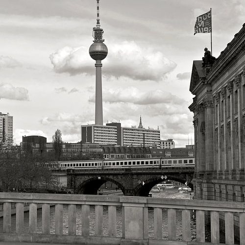 Bode-Museum mit Blick auf Berliner Fernsehturm von Silva Wischeropp