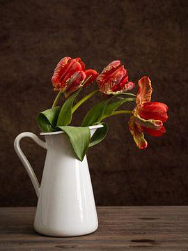 Tulipes rouges dans un vase sur Lorena Cirstea