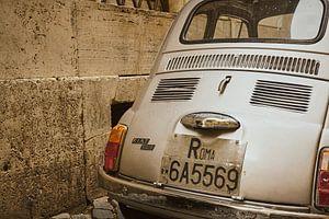 Detailfoto van de achterzijde van een klassieke Fiat 500 in oud straatje in Rome. van Xander Verweij