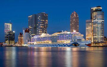 Skyline met cruiseschip van