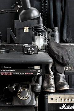Foto eines Stilllebens mit Retro-/Vintage-Material in Schwarz. von Therese Brals