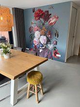 Klantfoto: Zelfportret met bloemen 3 (groengrijze achtergrond) van toon joosen, als behang