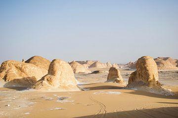 landschap woestijn egypte, nationaal park Bahariya. Rotsformaties in de woestijn. van Marjolein Hameleers