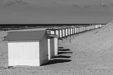 Strandhuisjes bij Paal 9 Texel van Henri Kok