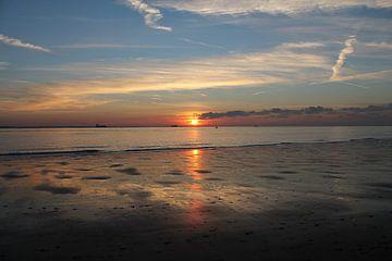 Kleurrijke zonsondergang met reflectie op strand von Mireille Zoet