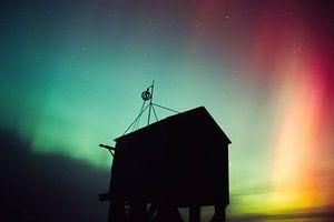 Schiffswrack Zufluchthütte während starkes Polarlicht.