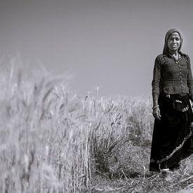 A woman harvesting crops van Koen Hoekemeijer