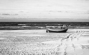 Eenzame vissersboot op de Oostzee - wintersprookje in Polen van Jakob Baranowski - Off World Jack